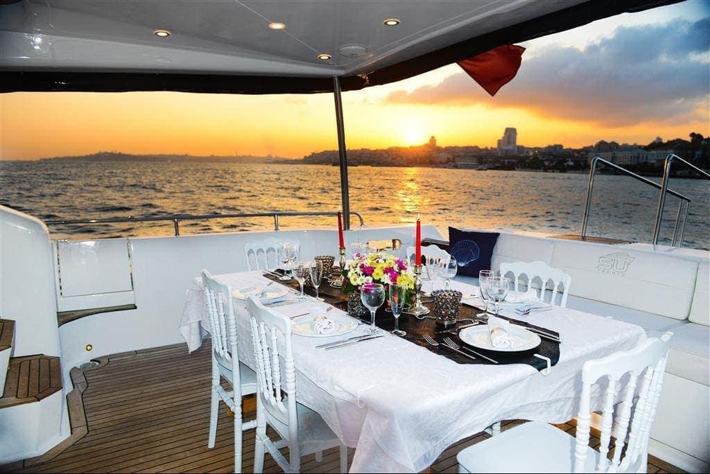 SU Prestige Teknede Yemek